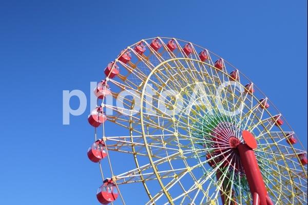 真っ青な空と観覧車の写真