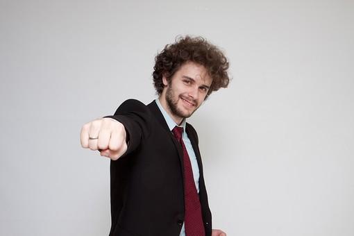 男性 Men 男 男子 外国人 外国人モデル 20代 30代 ビジネスマン サラリーマン スーツ ビジネススーツ 背広 ネクタイ シャツ  白背景  ガッツポーズ 元気 ファイト Fight 応援 元気付ける 陽気 活動的 意気込み 活力 勢力 ジャケット ハンサム mdfm045