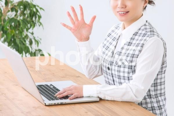 5のポーズをするビジネスウーマンの写真