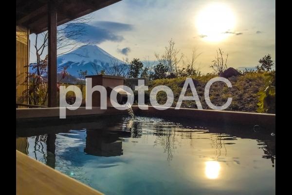 露天風呂と富士山の写真