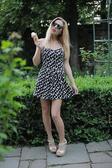 女性 外人女性  金髪 女の人 若い女性 金髪女性 顔 ウクライナ人 人物 外国人  顔 化粧 モデル ポーズ 屋外 自然 風景 樹木 ワンピース スカート ノースリーブ ミニスカート夏 公園 サングラス 緑 植物 ソフトクリーム 口紅 mdff015