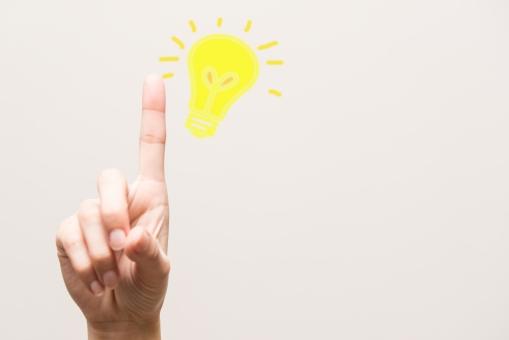 ひらめき ひらめいた ひらめく 思いつき 思いつく ビジネス 仕事 ヒント 発見 発明 イメージ アイデア アイディア 気づく 気付く 手 ハンド ハンドパーツ 電球 黄色 人指し指 ポイント 解明 解く image ビジネス 学校 研究 実験 授業