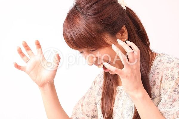 両手を出して声を上げる女性4の写真