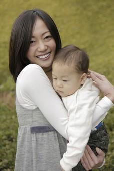 親子 母子 親 おや 母 母親 ママ マザー 子ども 子供 子 赤ちゃん 赤ん坊 乳児 幼児 ベイビー 抱っこ だっこ 抱く 絆 笑顔 笑う 女性 女 人物 触れ合い ふれあい バストアップ 上半身 公園 草原 興味 好奇心 日本人 mdfk008 mdjf016