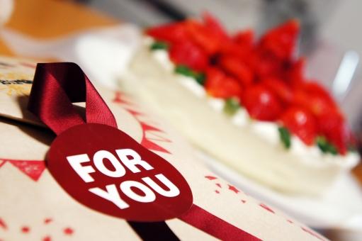 プレゼント 誕生日 バースデー バースデーケーキ ラッピング いちご 赤 幸せ かわいい 可愛い birthday present wrapping お誕生日会 ホームパーティー リボン for you 素朴