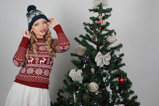 白バック 白背景 グレーバック 外国人 白人 金髪 ブロンド 20代 30代 女性 セーター ニット ノルディック柄 スカート クリスマス Christmas X'mas クリスマスツリー ツリー モミ もみの木 樅の木 モミの木 飾り オーナメント ボール リボン ブーツ 松ぼっくり 立つ ニット帽 帽子 キャップ ニットキャップ mdff129