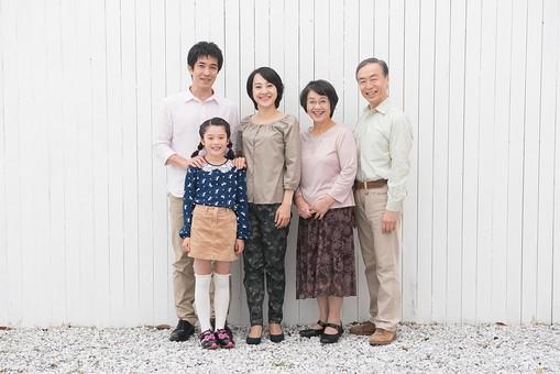 人物 日本人 家族 親子 ファミリー 5人 三世代 二世帯 両親 義両親 祖父母 子供 こども 娘 孫 女の子 小学生 立ち姿 集まる 並ぶ 仲良し  屋内 部屋 揃う 絆 朗らか 笑顔 スマイル 全身  mdjf017 mdjm016 mdfk014 mdjms004 mdfs003