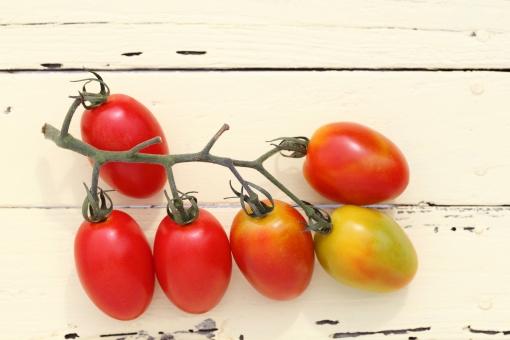 トマト ミニ ミニトマト プチトマト 野菜 食べ物 食材 夏 夏野菜 新鮮 フレッシュ 農作物 食物 植物 赤 赤色 緑色 クローズアップ 余白 コピースペース 背景 スタジオ スタジオ撮影 テーブル 木材 キッチン 台所 茎 房 小さい 完熟 収穫