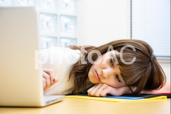 疲れた女性社員1の写真
