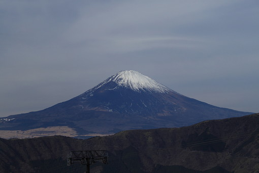 富士山 日本 山 世界遺産 ユネスコ 世界自然遺産 静岡県 山梨県 冬 雪 雲 曇り 自然 屋外 風景 景色  自生 展望台 観光 登山 観光地 山登り 象徴 雄大 大きい