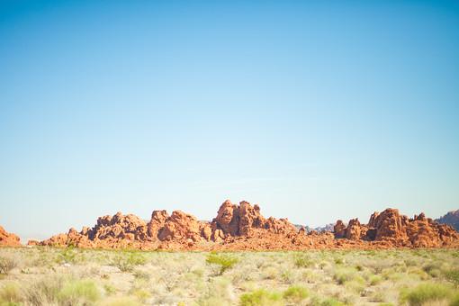 自然 植物 空 青空 晴天 晴れ 天気 グラデーション 青い 白い 山 山並み 山脈 荒地 岩 茶色 木 樹木 葉 葉っぱ 緑 草 雑草 土 地面 広い 壮大 広大 雄大 無人 室外 屋外 アメリカ 外国 風景 景色