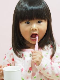 子ども 歯ブラシ コップ 歯みがき パジャマ pajamas 日本人 girl child brushing toothbrush 背景なし 育児 歯磨き 女の子 虫歯