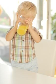 人物写真 ポートレート ポートレイト 人物 人 人間 外国人  幼児 子供  男子 男の子 男児 室内 屋内 立つ 椅子 イス 窓 窓際 シャツ チェック ブロンド 金髪 テーブル ジュース 持つ 両手 飲む 飲み物 コップ mdmk001