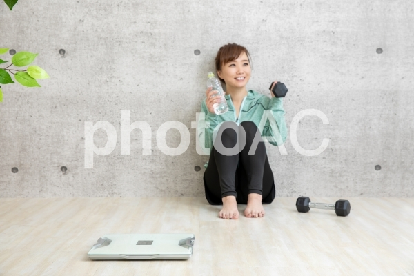 ダイエットする女性の写真