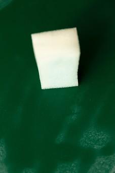 黒板 緑 教育 学校 スクール 学習 学び舎 ボード 板 教室 盤 背景 バックグラウンド バックグランド 手書き 文字 図 図形 絵 言葉 説明 クローズアップ スポンジ 白 消す 消去 屋内 磁石 濡らす 拭く
