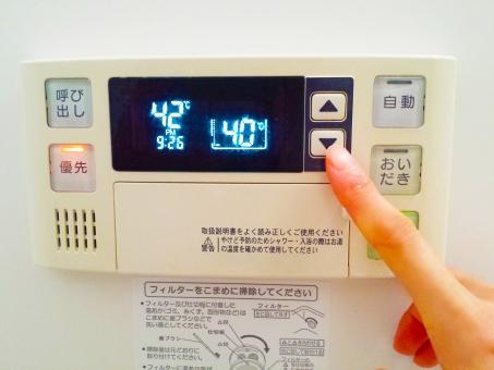自動湯沸器 おフロ おふろ バスルーム お湯加減 節約 ガス代金 温度設定 湯量設定 防水 ボタン スピーカー ゆび 押す 光熱費 数字 電光掲示板 光る ワンタッチ 半身浴 浴槽温度 適温 ぬるま湯 熱い 温かい ぬるい 壁