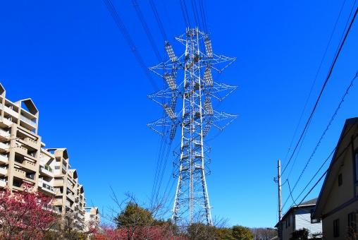 送電線 鉄塔 電気 電力 電力自由化 電線 青空 環境 エコロジー 自由化 節約 競争 価格 値段 高圧電線 マンション 住宅街 住宅 家 一戸建