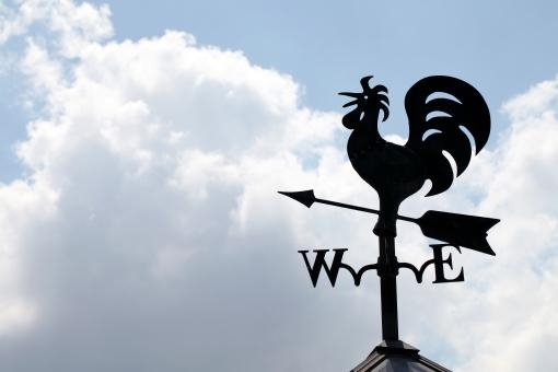 風見鶏 かざみどり 矢 矢印 鶏 雄鶏 鳥 にわとり ニワトリ エクステリア 屋外 屋上 風向計 風向き 風向 方位 方向 方角 東西南北 観測 金属 屋根 シルエット 逆光 黒 空 青空 晴れ 雲 余白 コピースペース アップ シンボル シンボルマーク