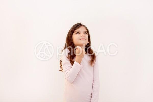 ガッツポーズの外国人少女2の写真