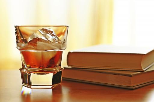 ドリンク 飲み物 飲料 アルコール お酒 ウイスキー バーボン スコッチ 蒸留酒 スコットランド アイス 氷 グラス コースター 本 ブック 読書 書斎 ハーフロック オンザロック オンザロックス 黒 ブラック 背景 バー カウンター 休暇 休日 趣味 夜 大人 二十歳