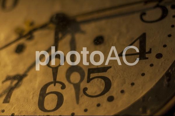アンティーク調の古時計の写真