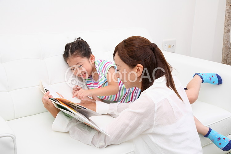 絵本を読む親子4の写真