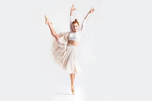 ダンス ダンサー ポーズ 体勢 姿勢 体位 ステップ 踊る 踊り 運動 スポーツ 振り付け 振付 振り 女性 女 外国人 若い 全身 バレエ バレリーナ 手 腕 上げる 万歳 バンザイ 足 脚 開く 開脚 つま先 つま先立ち 背景 白 ホワイト mdff128