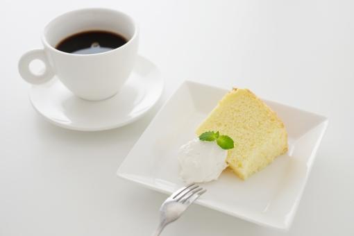 コーヒー シフォンケーキ 食べ物 料理 飲み物 ケーキ カップ スイーツ ミント 葉 ミントの葉 洋菓子 皿 一つ 生クリーム ホイップ フォーク 焼き菓子 テーブル 手作り ハンドメイド コーヒータイム 休憩 おやつ プレーン ティータイム デザート ハーブ 植物 お菓子 カット カットケーキ 白 白バック