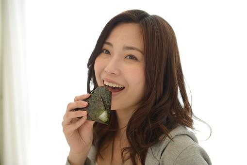 日本人 女性 女 30代 アラサー ライフスタイル 部屋 室内 部屋着 ナチュラル ミディアムヘア パーカー グレー 朝 朝食 朝ごはん 朝ご飯 ごはん ご飯 おにぎり お握り おむすび お結び 食べる 食事 軽食 笑顔 スマイル mdjf013