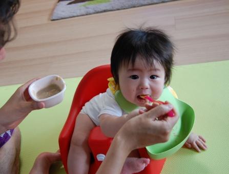 日本人 赤ちゃん 赤ん坊 赤子 ベイビー べビー 子供 子ども こども 乳幼児 乳児 男児 男子 男の子 子育て 育児 離乳食 栄養 アレルギー お粥 粥 スプーン スタイ よだれかけ 食事 食べる 飲み込む 飲む ごっくん ゴックン 美味しい 父親 父 パパ お父さん イクメン 育メン 親子 家族