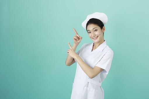 人物 女性 日本人 20代 30代  仕事 職業 医療 病院 看護師  ナース 白衣 看護 屋内 スタジオ撮影  背景 グリーンバック おすすめ ポーズ 上半身 指さす 指差し 上 案内 ポイント 注目 説明 両手 mdjf010 グリーン 緑