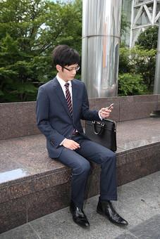 男性 ビジネスマン 営業 会社員 サラリーマン 社員 男 ビジネス 携帯電話 メール スマートフォン スマホ 打ち合わせ 連絡 外回り スーツ 座る  Men 男 男子  20代 30代 ビジネススーツ 背広 ネクタイ シャツ  屋外 ジャケット 出勤 勤務 働く 電話 メール インターネット ケータイ 携帯 若い 日本人 mdjm019