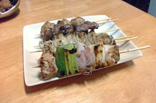 やきとり 焼き鳥 焼鳥 ヤキトリ 鶏 鶏肉 肉 肉類 肉料理 串焼き 焼き物 食べ物 食品 料理 調理 グルメ 食 食事 食卓 食料 食糧 食料品 皿 食器 日本食 和食 食事の風景 食卓の風景 ねぎま とりかわ