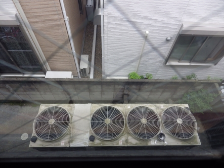 エアコン えあこん 室外機 外にあるやつ 丸 丸い まる まるい 回る まわる 窓 格子 こうし 上から 見る 一戸建て 戸建て 一軒家 こだて いっこだて いっけんや 業務用 幼稚園 白 茶色 窓から