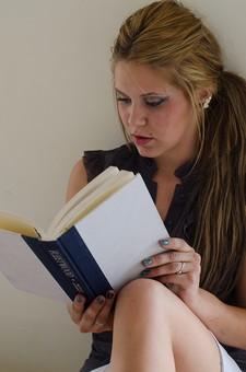 人物 女性 外国人 外人 外国人女性  外人女性 20代 モデル 金髪 ブロンド  ロングヘア 長髪 ポーズ 屋内 部屋 室内 休日 リラックス 寛ぐ のんびり ソファ 座る 本 読む 読書 夢中 趣味 没頭 mdff094