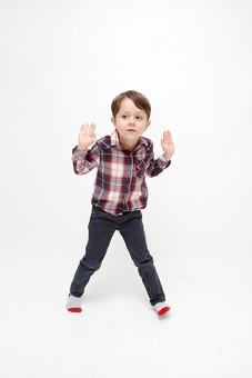 人物 こども 子ども 子供 男の子   少年 幼児 外国人 外人 かわいい   無邪気 あどけない 屋内 スタジオ撮影 白バック   白背景 ポートレート ポーズ キッズモデル 表情  シャツ  カジュアル 全身 覗く 様子をうかがう 手を広げる 動き アクティブ 見る mdmk010
