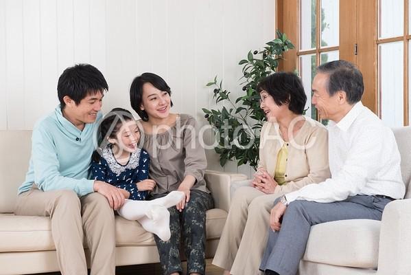 語らう三世代家族1の写真