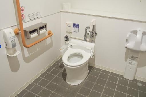 トイレ 公衆トイレ 商業施設 便所 洗面所 ユニット 多目的 ベビー 赤ちゃん ウォシュレット 手すり バリアフリー ショッピングセンター モール 公共施設 トイレットペーパー 水洗 タイル