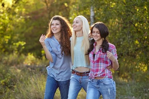 人物 外国人 モデル 女性 女子 女の子 20代 大学生 若者たち 複数 グループ 友達 仲良し 3人 三人組 屋外 野外 自然 森 林 散策 ファッション カジュアル 肩を並べる 笑顔 楽しい 歩く  mdff025 mdff026 mdff027