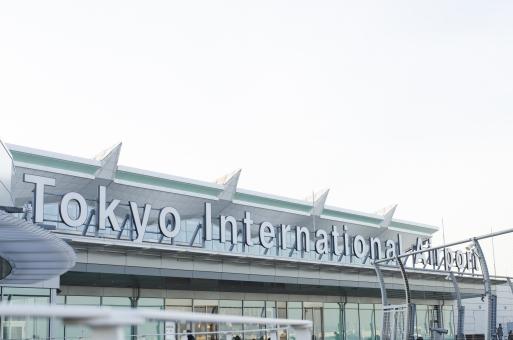 東京国際空港 羽田空港 空港 飛行場 国際線 看板 エアポート インターナショナル 空 青空 風景 景色 野外 ターミナル ボード 建物  文字 英語表記