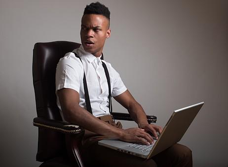 グレーバック ポートレイト ポートレート 肖像 人物 外国人 黒人 黒髪 男性 20代 30代 若者 ビジネスマン 会社員 エンジニア モデル ビジネス 仕事 会社 オフィス パソコン ノートパソコン PC IT ワイシャツ サスペンダー イケメン ハンサム かっこいい スタイリッシュ クール ファッション 座る いす イス 椅子 驚く ビックリ 怒る mdfm054