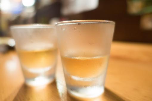 食前酒 カウンター 水滴 梅酒 飲み会 居酒屋 コップ 準備 デート ショット ほろ酔い 二人 アルコール 酒