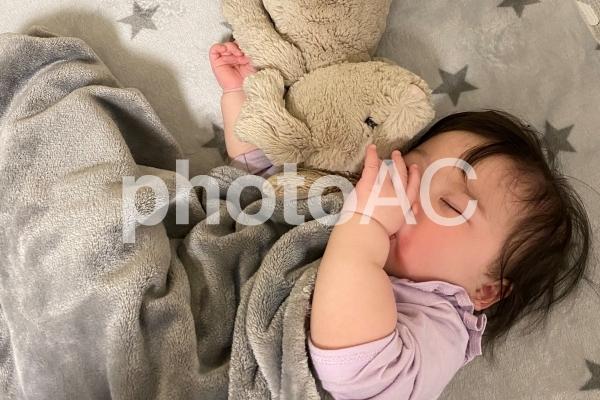 赤ちゃん 寝顔 指しゃぶりの写真