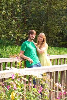 人物 外国人 外人 男性 女性 カップル 恋人 夫婦 2人 屋外 野外 外 自然 緑 グリーン 公園 手すり 柵 休日 デート 寄り添う 肩を寄せる 笑顔 スマイル 仲良し 散策 楽しい 幸せ mdff084 mdfm051