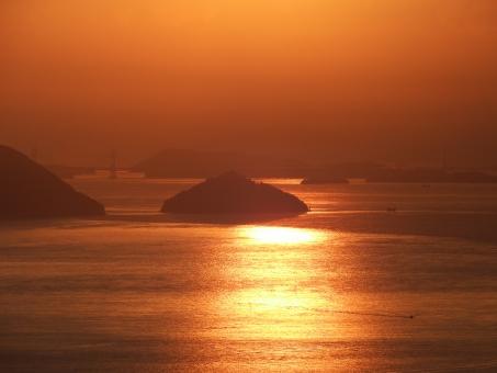黄金色に染まった海の写真