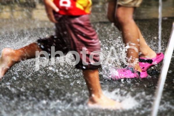 噴水に遊ぶ子ども4の写真
