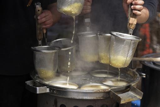 職人 湯切り 湯切りテボ ざる ザル ラーメン 美味しい 職人の手 お湯 釜 とんこつラーメン 醤油ラーメン とんこつ醤油ラーメン あっさり こってり 味わい深い すする スープ 具 つけ麺 アツアツ 熱々 飲み干す 麺 絡み合う 湯気 屋台 お祭り 一年中 行列 人気の店 ラーメン屋さん
