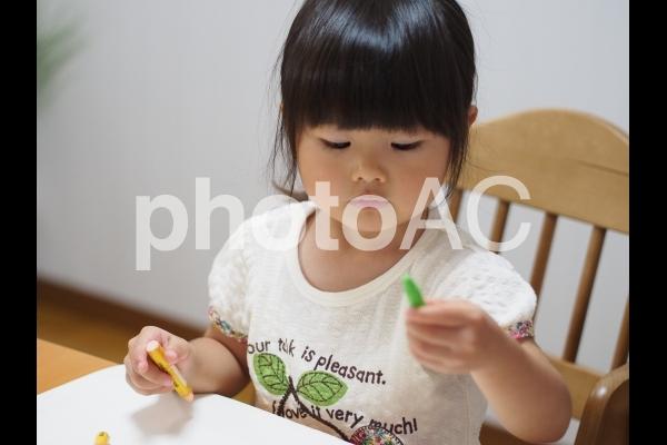 絵を描く女の子4の写真