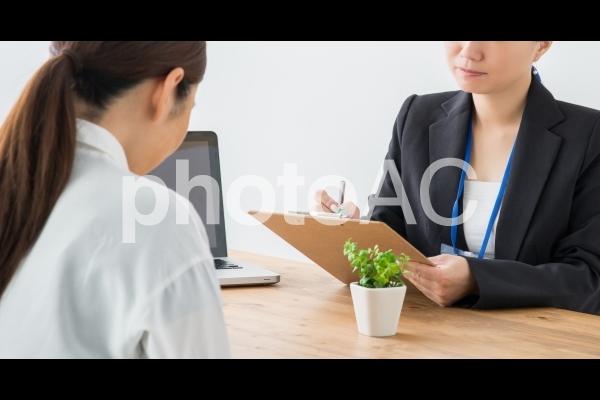 相談をうける女性の写真