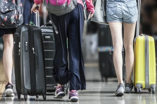 人物 女性 旅行者 旅行鞄 スニーカー キャリーバック スーツケース るんるん 3人旅 遠くに行きたい 至福の時 自由気ままに オフタイム ポストカード 背景 背景素材 待ち受け画像 コピースペース トラベラー 知らない街に 未知の場所に 期待 ワクワク 旅行イメージ 気軽にどうぞ 秋の旅 デザイン素材 グラフィック素材 夏の旅 乗物 駅 空港 海外旅行 故郷に帰ろう 休暇 休日 バケーション お土産どっさり 帰路 思い出づくり 後ろ姿 ターミナル 飛行場 空港ビル 若い旅行者 美脚
